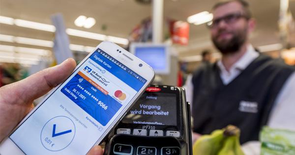 Bezahlvorgang mit der digitalen Mastercard auf dem Smartphone