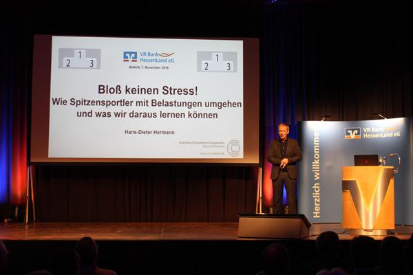 """Prof. Hermann beleuchtet das Thema """"Stress"""" aus verschiedenen Perspektiven."""