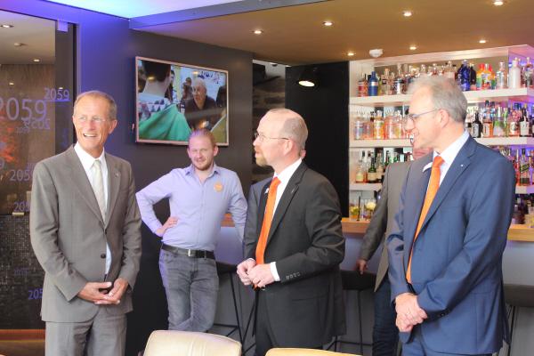 Staatsminister Wintermeyer (links) informiert sich über die Nacht der Bewerber