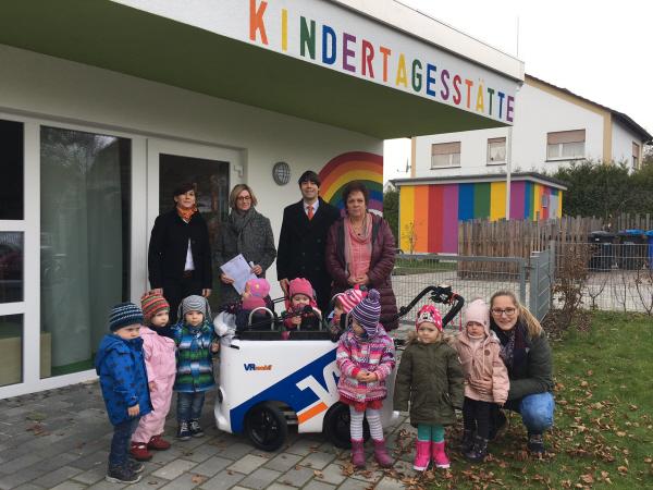 Die Kinder freuen sich über den neuen Kinderbus