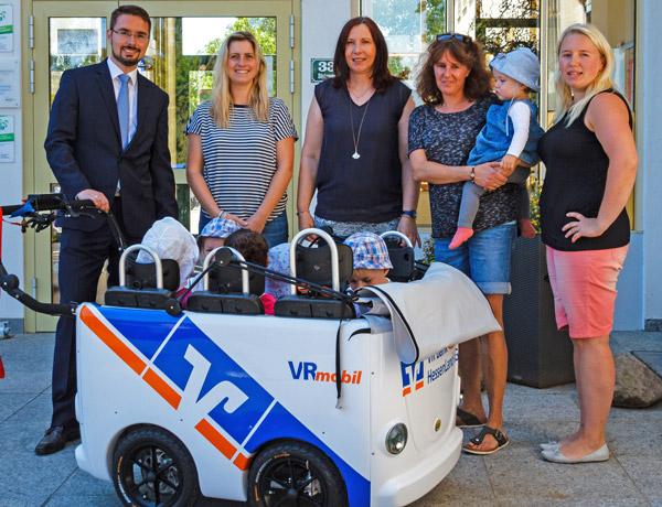 VR Bank HessenLand spendet VRmobil Kinderbus an die Kita Steinweg