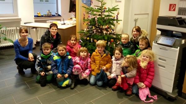 Kinderhände Schmücken Weihnachtsbaum