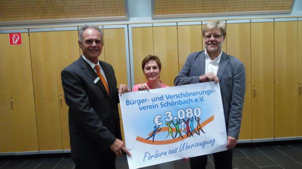 Herr Reitz übergibt die Spenden, gesammelt durch die Crowdfunding-Plattform