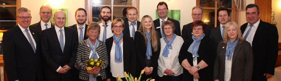 Die Jubilare gemeinsam mit Vorstand und Betriebsrat der VR Bank HessenLand