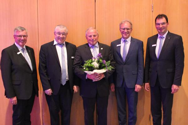 Bilderläuterung (v.l.n.r.): Werner Braun (Vorstandsmitglied), Dr. Arno Wettlaufer (Aufsichtsratsvorsitzender), Heinz Tod (verabschiedetes Aufsichtsratsmitglied), Helmut Euler (Vorstandsvorsitzender), Ralph Kehl (Vorstandsmitglied)
