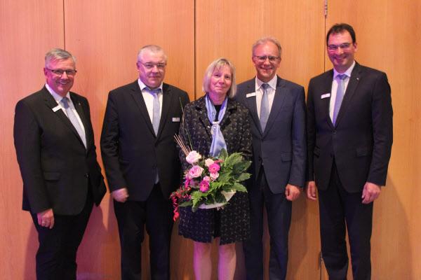 Bilderläuterung (v.l.n.r.): Werner Braun (Vorstandsmitglied), Dr. Arno Wettlaufer (Aufsichtsratsvorsitzender), Anke Stübing (neu gewähltes Aufsichtsratsmitglied), Helmut Euler (Vorstandsvorsitzender), Ralph Kehl (Vorstandsmitglied)