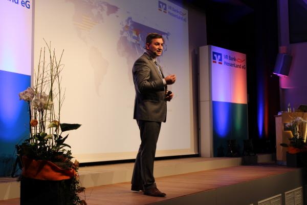 Markus Gürne spricht auf der Bühne