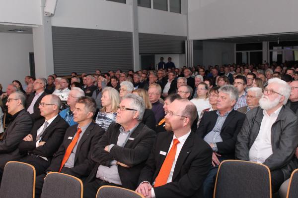 Zuhörer lauschen dem Vortrag