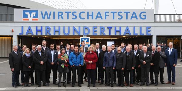 VR Bank HessenLand mit mehr als 50 Vertretern aus Wirtschaft und Politik vor der Jahrhunderthalle.